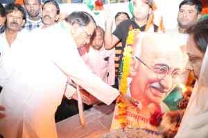 गांधी जी की 150 वीं जयंती :मंत्री ने पुष्पांजलि अर्पित करकिया नमन