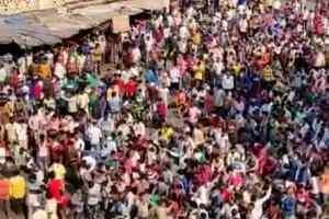 Big news : मुंबई से घर वापस जाने के लिए बांद्रा स्टेशन पहुंचे हजारों प्रवासी मजदूर